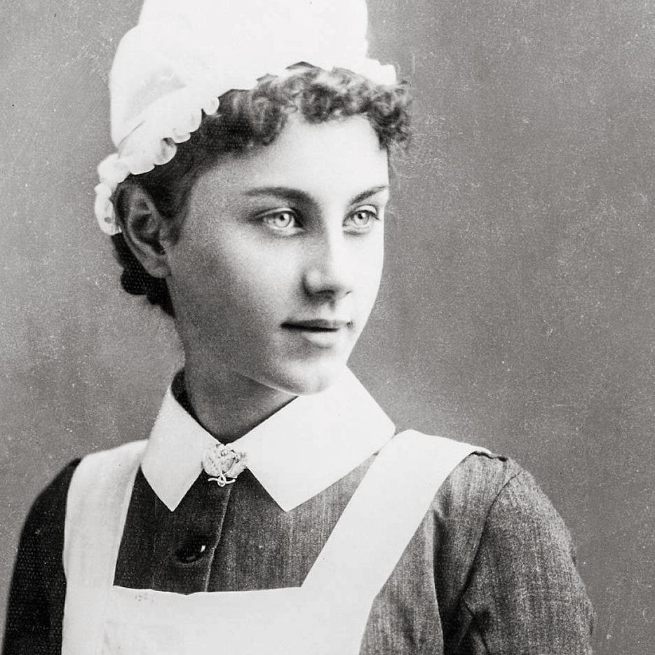 Jeune fille en uniforme de la Croix-Rouge