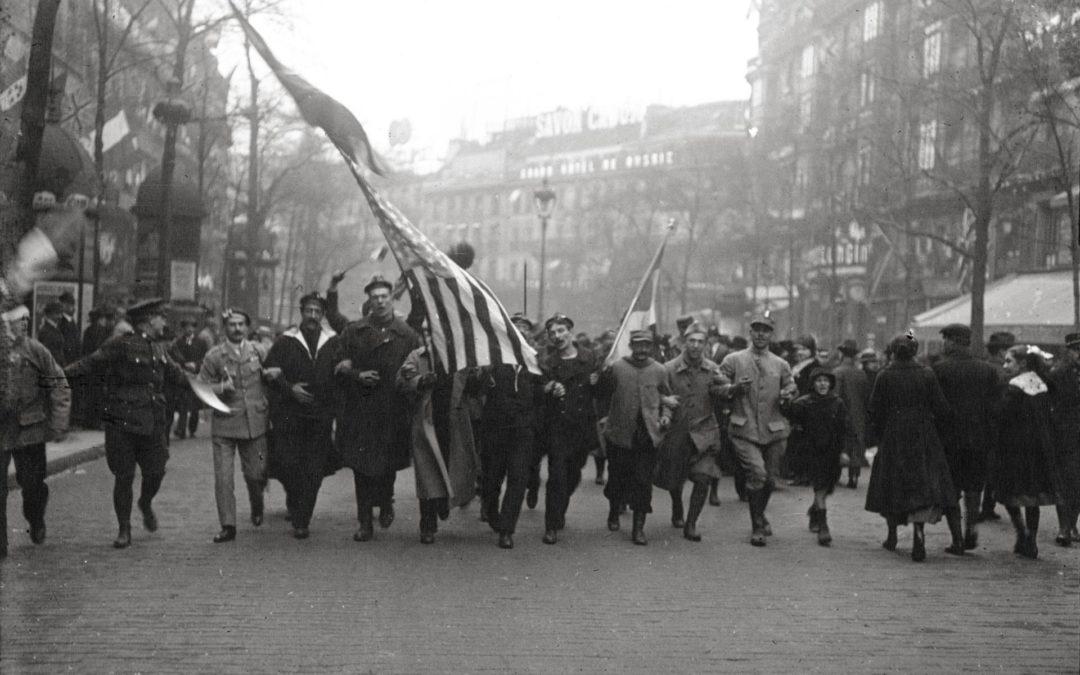Liesse sur les boulevards parisiens en novembre 1918
